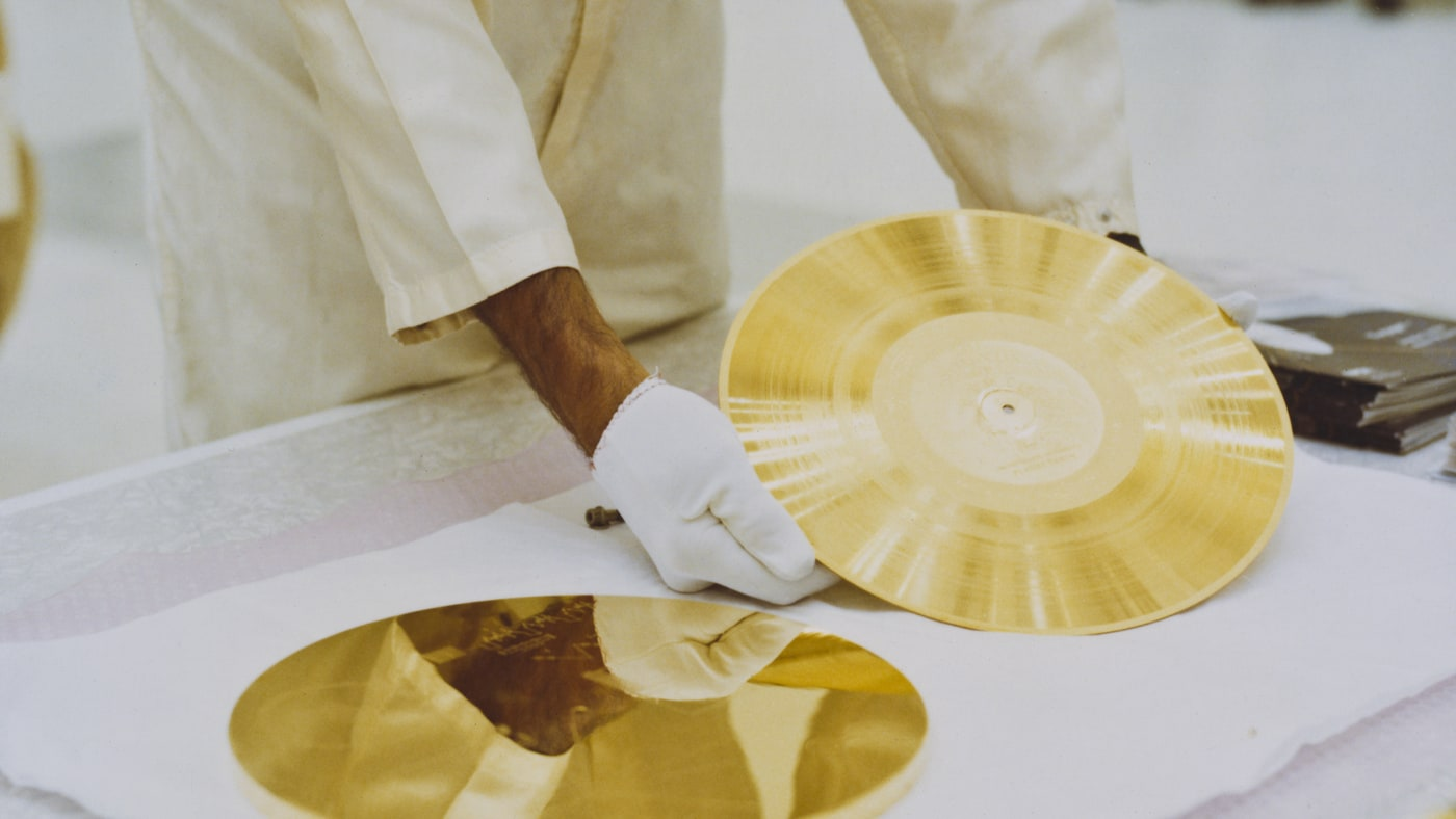 A golden record ready to be attached to Voyager